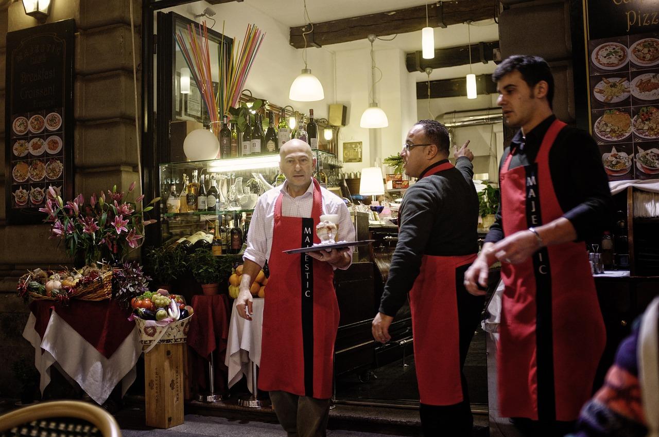 Милан уличное кафе